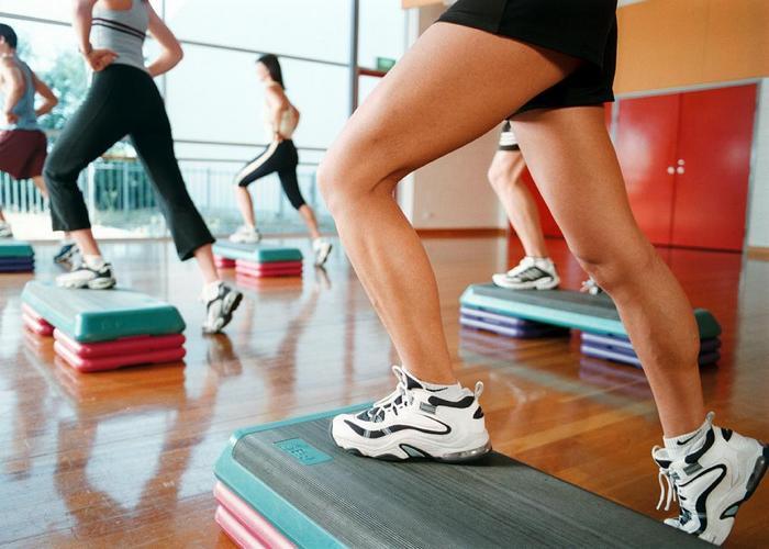 Энергичный шаг во время тренировки