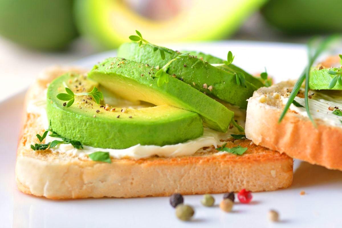 Отрубной хлеб с авокадо и творогом