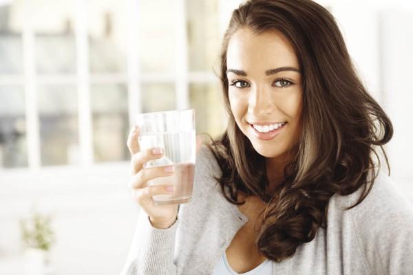 Девушка пьет березовый сок