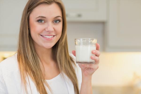 Девушка со стаканом кефира в руке